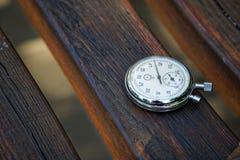 Sporta zegarek na ławce robić drewno obraz stock