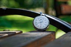 Sporta zegarek na ławce robić drewno zdjęcie stock
