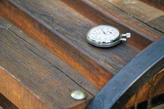 Sporta zegarek na ławce robić drewno fotografia stock