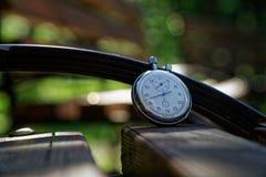 Sporta zegarek na ławce robić drewno obrazy royalty free