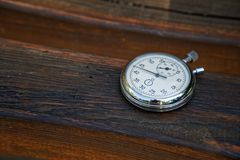 Sporta zegarek na ławce robić drewno obrazy stock