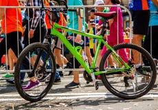 Sportar cyklar med en handbroms, n?rbild arkivfoto