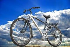 Sportar cyklar på bakgrunden av himmel, moln och solljus Fotografering för Bildbyråer