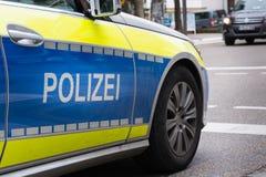 Sportar för bil för den tyskPolizei polisen fastar hjulet Asphalt Mirror Blue Arkivbild