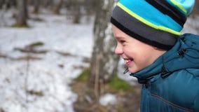 Sportar för en barngrabbzanimaetsya utomhus Morgonen joggar i vintern parkerar lager videofilmer