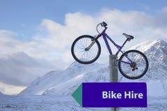 Sportar för snö för vintern för stolpen för cykelhyratecknet som rider berg, förbigår för mor-rannoch för buchaille etive högländ Fotografering för Bildbyråer