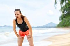 Sportar kondition Färdig kvinna som tar avbrottet, når att ha kört Genomkörare, Royaltyfria Bilder