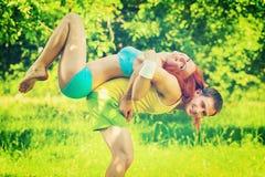 Sportar kopplar ihop den unga mannen och flickan som spelar i en parkerafältinstagr Royaltyfri Bild