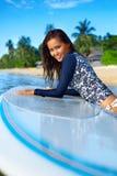 sportar Kvinna på surfingbrädan i vatten för sommarterritorium för katya krasnodar semester FritidAc royaltyfri fotografi