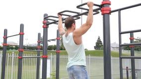 Sportar livsstil, gatagenomkörare Muskulösa manhandtag på stången arkivfilmer