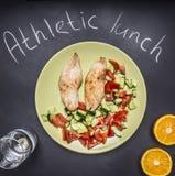 Sportar mål, proteinfett och kolhydrat-, för kalkon två bröst, glass vatten och bästa sikt för apelsiner arkivfoton