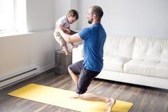 Sportar man är förlovade i kondition och yoga med en hemmastadd behandla som ett barn Arkivfoto