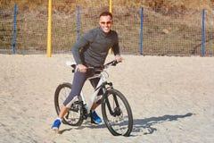 Sportar man på en cykel royaltyfria foton