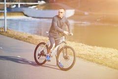 Sportar man på en cykel Royaltyfri Bild
