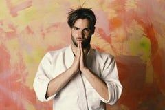 Sportar och stridbegrepp Grabben poserar i den vita kimonot Karatekämpe med den starka kroppen fotografering för bildbyråer