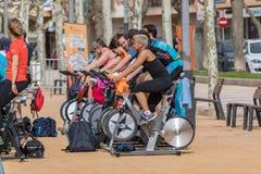 Sportar och vård- dag utomhus i Costa Brava i staden Palamos Roterande grupp 07 04 stad 2018 Palamos i Spanien Royaltyfri Foto