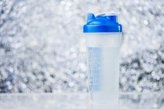 Sportar Shaker Bottle On Blurred Background Arkivfoton