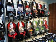 Sportar shoppar sälja cyklar och annan utrustning I detta lager ska du finna cyklar för barn och vuxna människor royaltyfria foton