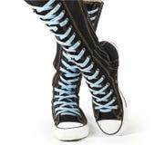 Sportar skor - bästa knägymnastikskor för kick arkivbilder