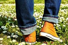 Sportar skor och gräs Arkivfoto