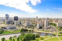 """Sportar slott, hotell vid Hilton, kunglig Plaza, hus av handel - union Nyamiha Minsk, Vitryssland †""""Maj 20, 2017 flyg- sikt arkivbilder"""
