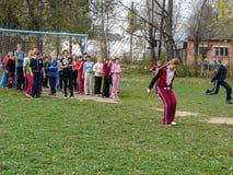 Sportar som utbildar studenter för att resa till ett möte i den Kaluga regionen av Ryssland Royaltyfri Bild