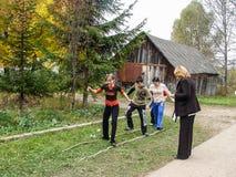 Sportar som utbildar studenter för att resa till ett möte i den Kaluga regionen av Ryssland Arkivfoton