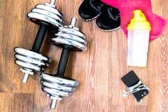 Sportausrüstung auf dem Bretterboden mit Turnschuhen, Telefon Lizenzfreie Stockbilder