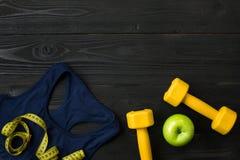 Sportausrüstung und -abnutzung auf dunklem hölzernem Hintergrund, Draufsicht Stockfoto
