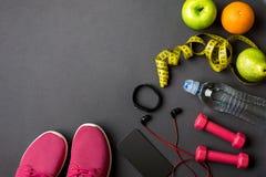 Sportausrüstung und Abnutzung auf grauer Tabelle, Draufsicht Lizenzfreie Stockbilder
