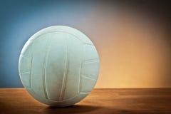 Sportausrüstung. Volleyball auf Holz Lizenzfreie Stockfotografie