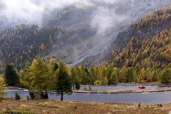 Sportauto in den Alpen Stockfoto