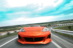 Sportauto geht auf der Autobahn Stockfotos