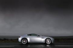 Sportauto unter stürmischem Himmel Stockfotografie
