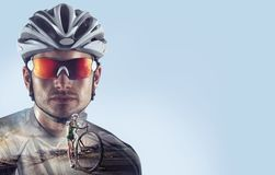 Sportbakgrunder Heroisk cykliststående royaltyfria bilder