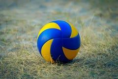 Sportball auf einer Rasenfläche lizenzfreies stockbild