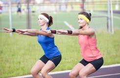 Sportbegrepp och idéer Två yrkesmässiga kvinnliga idrottsman nen som har utbildning på sportmötesplatsen utomhus Royaltyfri Fotografi
