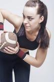 Sportbegrepp: Professioanl kvinnlig fotbollspelare med bollen för arkivbild