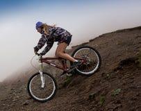Sportberg die gelukkig paar biking die bergaf berijden Royalty-vrije Stock Foto's