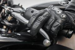 Sportbike крупного плана ручного тормоза на заходе солнца, на Российской Федерации дороги стоковые изображения rf