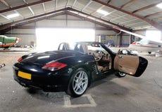 Sportbil i hangar fotografering för bildbyråer