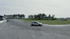 Sportbilar som konkurrerar i ett lopp arkivfilmer
