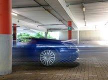 Sportbilsuddighet i garage Fotografering för Bildbyråer