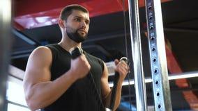 Sportbodybuildingturnhallentrainings-Trainingsmann stock video footage