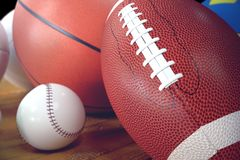 sportbollar för tolkning 3d på träbackgorund bollar ställde in sporten Sportutrustning sådana oss fotboll, basket Royaltyfri Bild