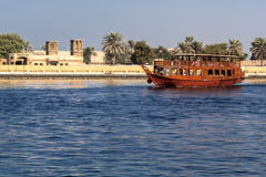Sportboot in der traditionellen arabischen Art nahe Dubai Creek Stockfoto
