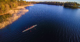 Sportboot mit Leuten im See lizenzfreies stockfoto