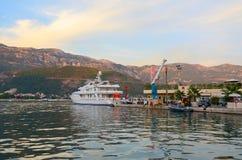 Sportboot am Pier von Dukley-Jachthafen in Budva, Montenegro Lizenzfreie Stockfotos