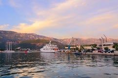 Sportboote an Pier Dukley-Jachthafen auf Promenade von Budva Stockfotos