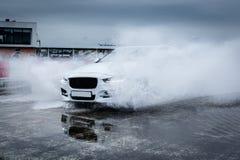 Sportcar jazda przez deszczu Obraz Royalty Free